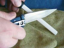 削尖在一陶瓷musat的一把刀子 库存图片