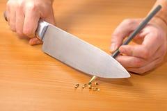 削尖有刀子的一支铅笔 免版税库存照片