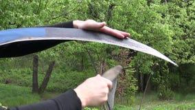 削尖有石头的大镰刀在春天种田庭院 影视素材