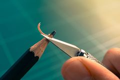 削尖有艺术刀子的手的宏观图片直言的铅笔 免版税库存图片