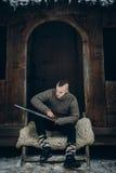 削尖他的剑, scandina的坚强的北欧海盗战士画象  免版税图库摄影