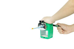 削尖他的有绿色磨削器的亚裔男孩铅笔在隔绝 免版税库存照片
