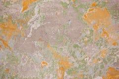 削皮油漆墙壁绘与绿色和橙色颜色 库存图片