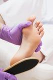 削皮脚在温泉沙龙的修脚做法 免版税库存照片
