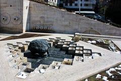 前下潜雕塑和小瀑布在耶烈万亚美尼亚 库存照片