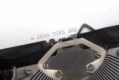 前书面的长的旧时打字机 库存图片