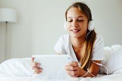 前使用片剂个人计算机的青少年的女孩 库存照片