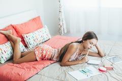 前做学校家庭作业的青少年的女孩 免版税库存图片