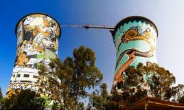 前发电厂,冷却塔,现在是基本跳跃的塔 位于在约翰内斯堡 非洲著名kanonkop山临近美丽如画的南春天葡萄园 免版税库存照片