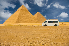 前吉萨棉金字塔游人有篷货车 免版税库存图片