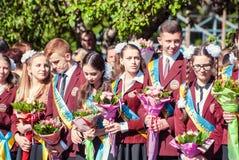 前响铃卢茨克第11年级高中14 29 05 2015晴朗的夏日 免版税图库摄影