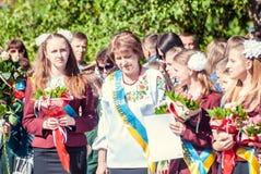 前响铃卢茨克第11年级高中14 29 05 2015晴朗的夏日 免版税库存照片