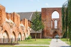 前哥特式修道院的废墟 免版税库存照片