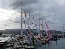 前四条游艇到来到在飞剪机的Airlie海滩里围绕世界 免版税库存照片