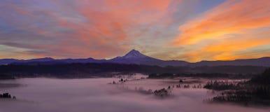 前在胡德山一的日出及早下跌早晨全景 免版税库存照片