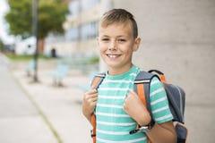 前外面青少年的男孩在学校 库存图片