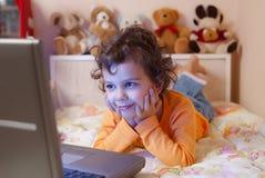 前女孩膝上型计算机一点 图库摄影