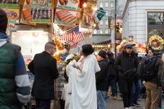 前婚姻夫妇的照片Conceptaul在食物在纽约交换卖汉堡 免版税库存照片