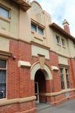 前工业学校1918年被转换了成超级市场和购物中心,但是保留它的历史大厦门面 免版税库存照片