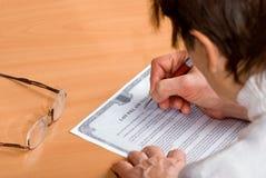 前成熟签字将妇女 免版税库存照片
