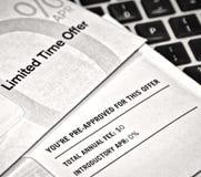 前批准的邮寄宣传品信用卡提议 免版税库存照片