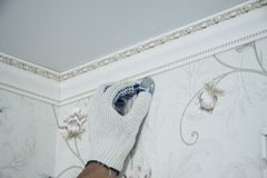 前提修理和设计  窗帘杆持有人的设施 免版税库存图片