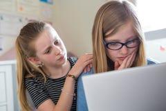 前有在线被胁迫的朋友的青少年的女孩 免版税库存图片
