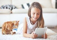前有片剂个人计算机的青少年的女孩 库存图片