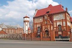 前步兵营房和水塔在军营的疆土 Baltiysk,加里宁格勒地区 库存图片