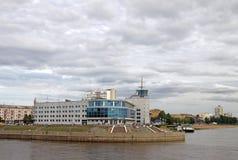 前河驻地在鄂木斯克,现在戏院'巴比伦的'大厦河额尔齐斯和Om合并地方的 免版税库存图片