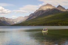 前浆手canoers湖 库存照片
