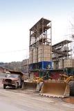 前石渣装入程序挖坑卡车 免版税库存照片