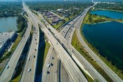 前空中寄生虫照片高速公路互换迈阿密佛罗里达的矮棕榈条 免版税库存照片