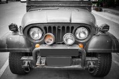 前端、车灯和格栅在葡萄酒四轮驱动的v 库存图片