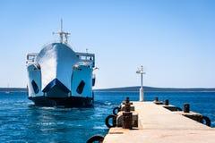 前端装载渡轮停泊与被举的弓在码头 免版税库存图片
