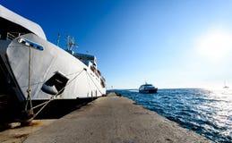 前端装载渡轮停泊与被举的弓在码头 免版税图库摄影