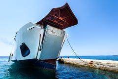 前端装载渡轮停泊与被举的弓在码头 免版税库存照片