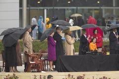 前美国总统乔治在阶段的HW布什、劳拉・布什,美国乔治・ W.布什总统,前美国第一夫人和当前美国参议员希拉里・克林顿, D- NY和其他在威廉J.克林顿总统中心的盛大开幕式仪式期间在小石城的, AK 2004年11月18日 布什、前美国第一夫人和当前美国参议员 免版税库存照片
