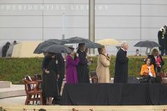 前美国总统比尔・克林顿,前美国第一夫人和当前美国参议员希拉里・克林顿, D- NY,他们的女儿Chelsea和其他在威廉J.克林顿总统中心的盛大开幕式仪式的期间阶段在小石城的, AK 2004年11月18日 希拉里・克林顿, D- NY,乔治W总统 布什,劳 库存照片