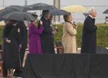 前美国总统比尔・克林顿,前美国第一夫人和当前美国参议员希拉里・克林顿, D- NY,他们的女儿Chelsea和其他在威廉J.克林顿总统中心的盛大开幕式仪式的期间阶段在小石城的, AK 2004年11月18日 希拉里・克林顿, D- NY,乔治W总统 布什,劳 免版税库存图片