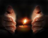 前蜡烛光在手中 免版税库存照片