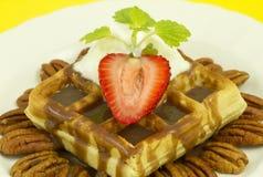 前螺母草莓视图奶蛋烘饼 库存图片