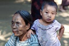 前被刺字的缅甸人奇恩角部落妇女 库存图片