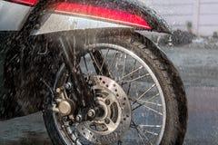前轮和一辆轻的摩托车的盘式制动器在一个夏天星期四 免版税库存图片