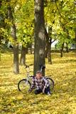 前辈和他的自行车在秋天公园 免版税图库摄影