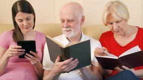 前辈和青少年的女儿读书ebook和物理印刷品书 纸的概念对数字式读书 股票视频