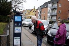 前辈困难时期得到违规停车罚单 免版税库存图片