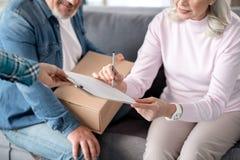 前辈在家接受岗位的已婚夫妇 库存图片
