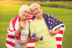 前辈夫妇有哑铃的 免版税库存图片