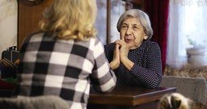 前辈妇女坐在桌和谈上 股票视频